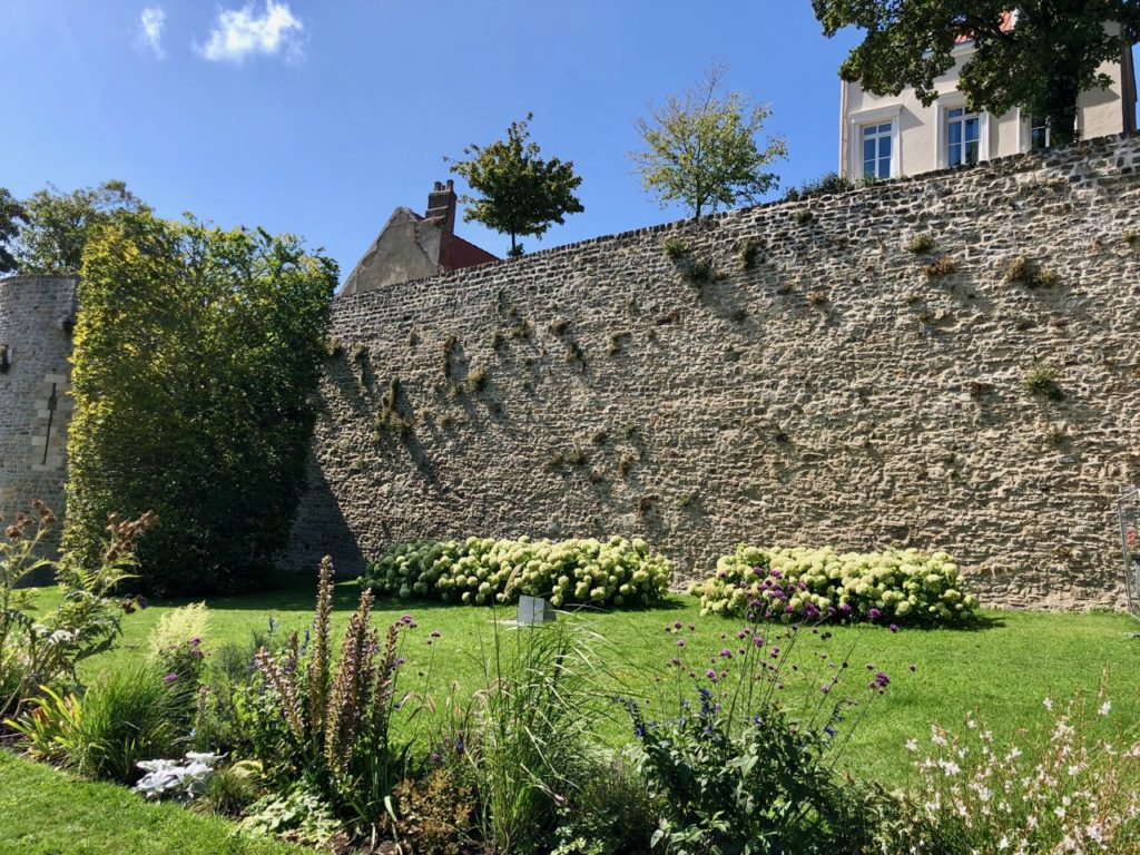 Boulogne-sur-Mer-en-plein-air-promenade-remparts-mur-enceinte