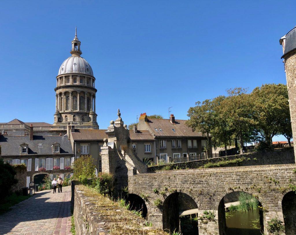 Boulogne-sur-Mer-en-plein-air-promenade-remparts-vue-cathédrale