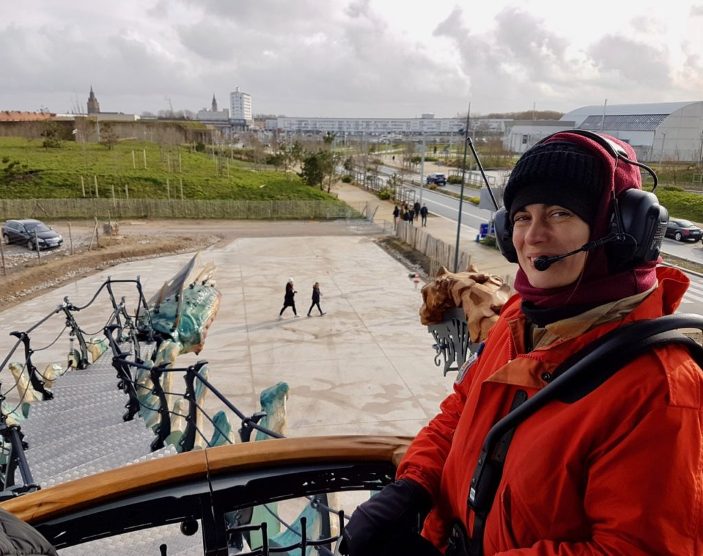 Calais-Dragon-pilote-queue-souriante