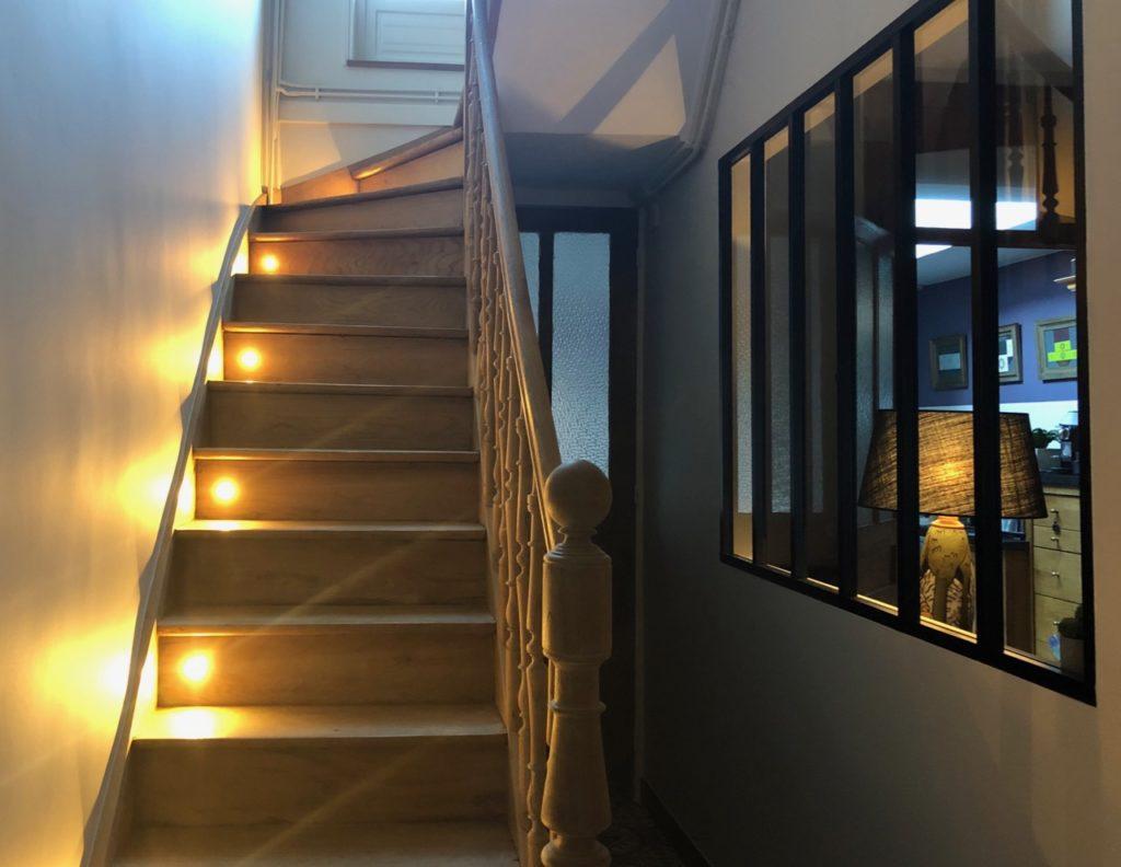 Couloir-verriere-montee-escalier-spots