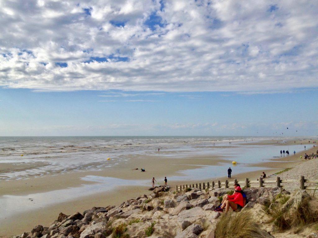 Pas-de-Calais-nos-plages-Hardelot-plage-personnage-rouge