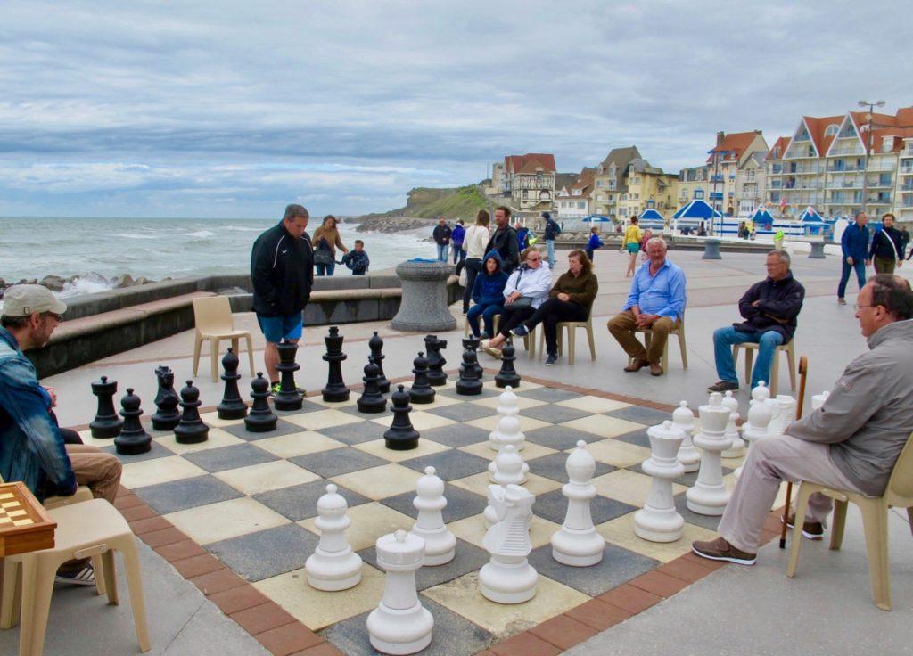 Pas-de-Calais-nos-plages-Wimereux-front-de-mer-joueurs-echecs
