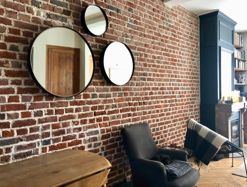 mur-brique-avec-miroirs