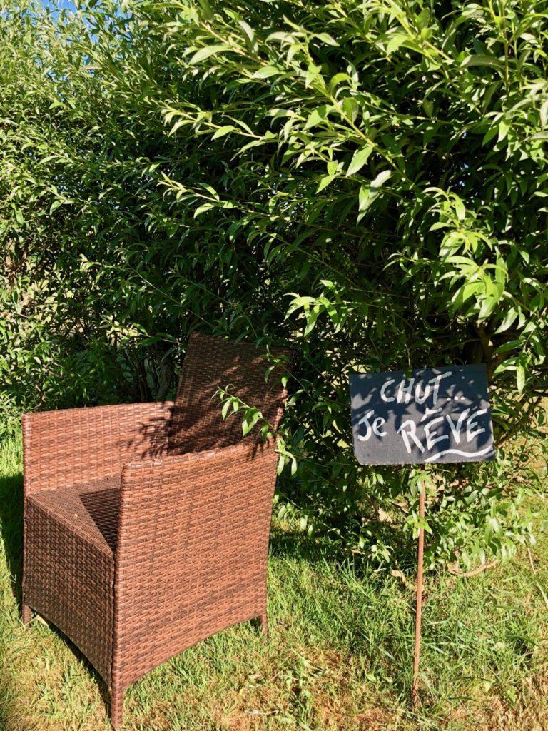 Herbes-folles-Steenwerck-fauteuil-et-panneau-chut-je-reve