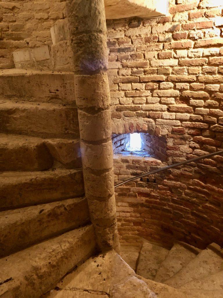Parfondeval-Aisne-escalier-eglise-saint-medard