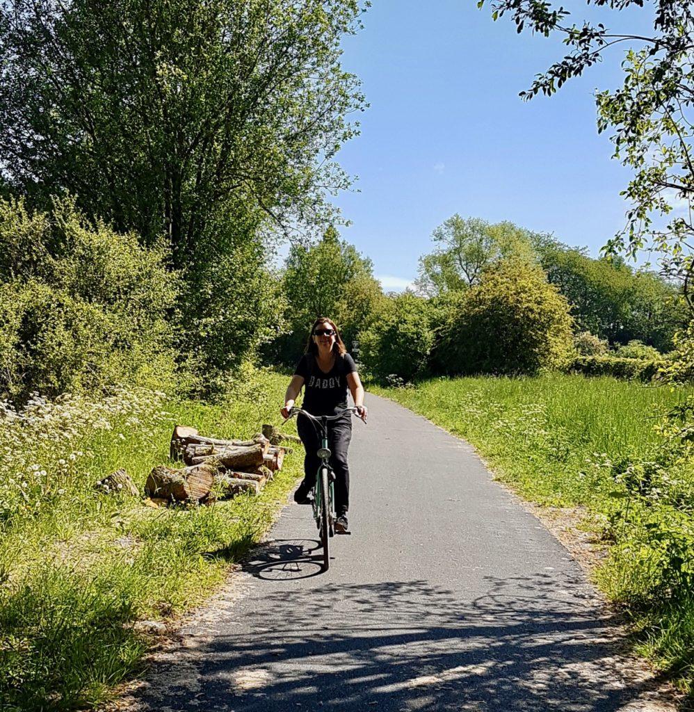 Voie-verte-de-l-Avesnois-cycliste-vue-de-face
