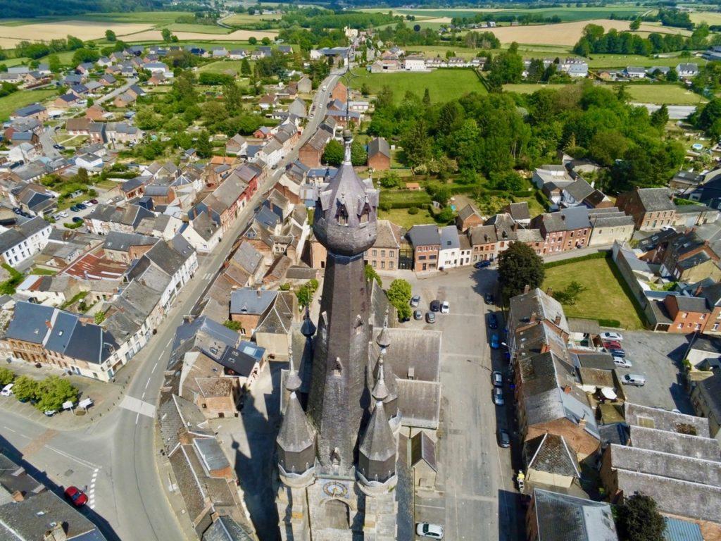 Flèche de l'église de Solre-le-Château vue de près au drone
