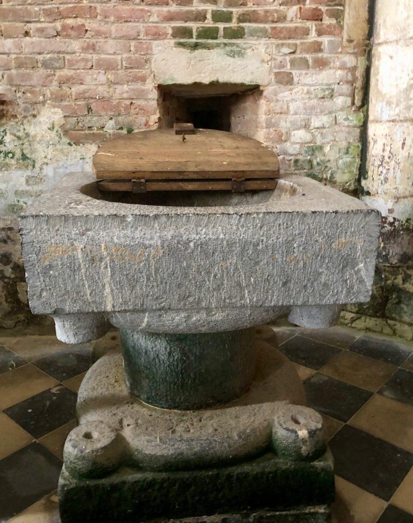 Eglises-fortifiees-Thierache-Burelles-baptistere