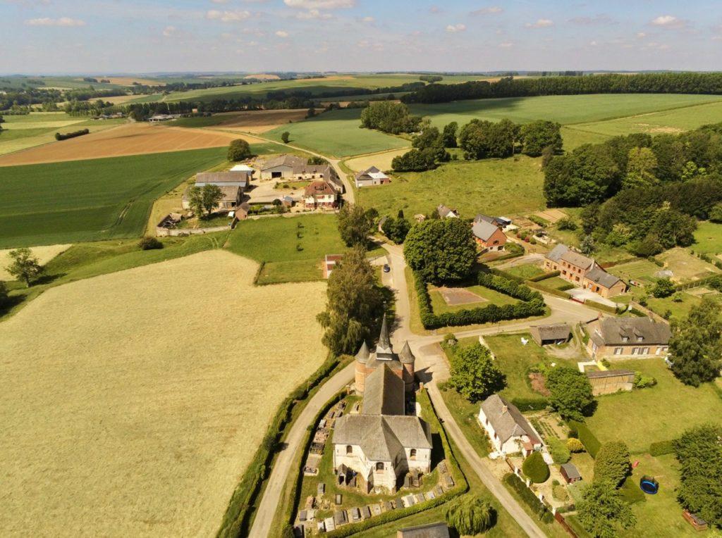 Eglises fortifiées de Thiérache Gronard vue au drone avec campagne