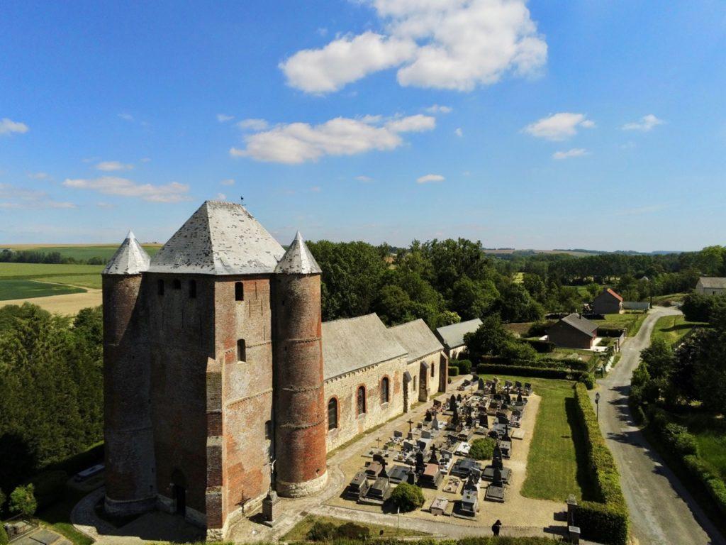 Eglises fortifiées de Thiérache Prisces vue au drone de côté