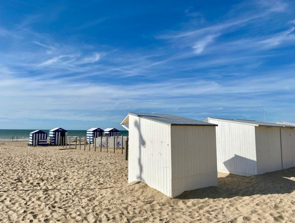 La-Panne-Belgique-cabines-plage-blanches