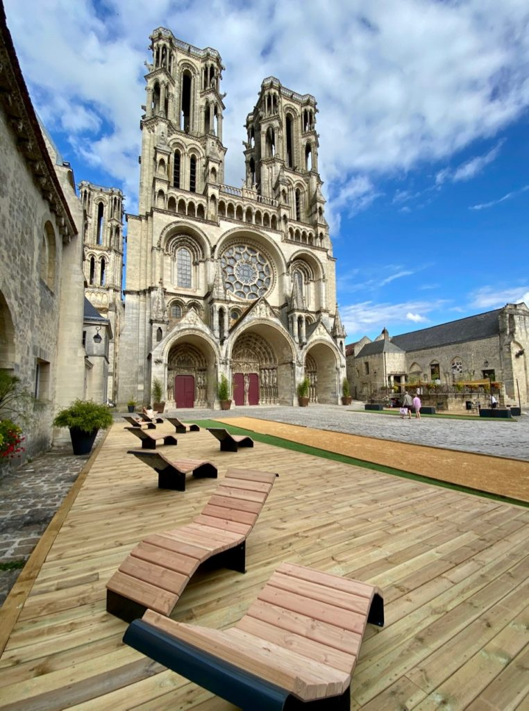 Laon-place-cathedrale