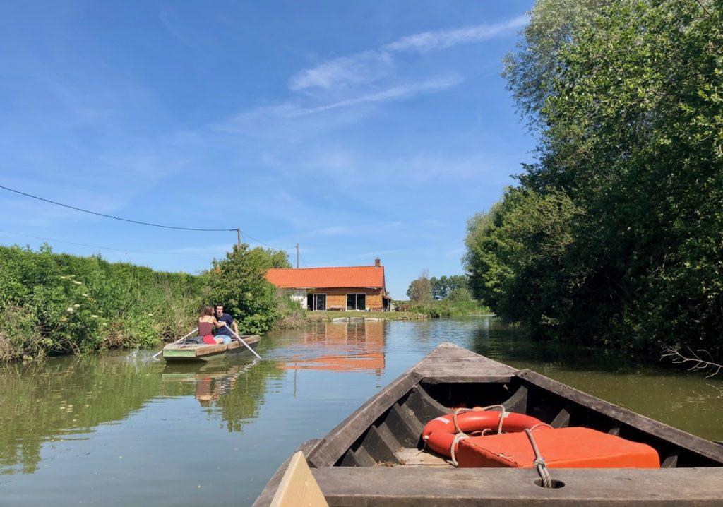 Marais-audomarois-Isnor-bacove-et-barque-sur-eau