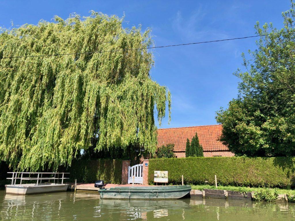 Marais-audomarois-Isnor-gite-avec-barque