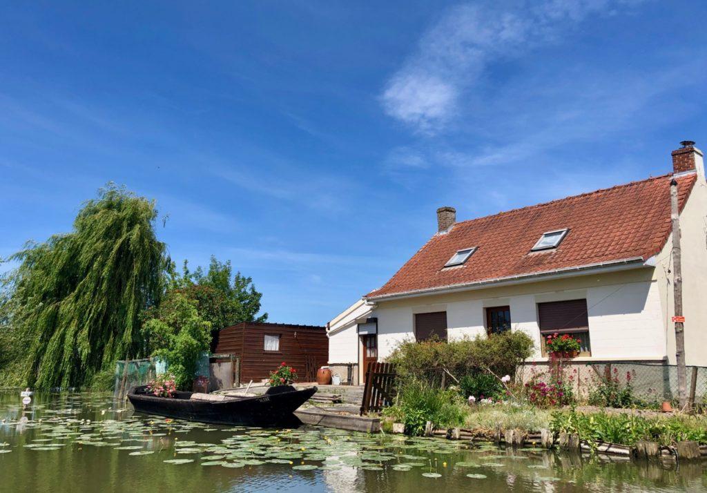Marais-audomarois-Isnor-maison-et-barque-noire