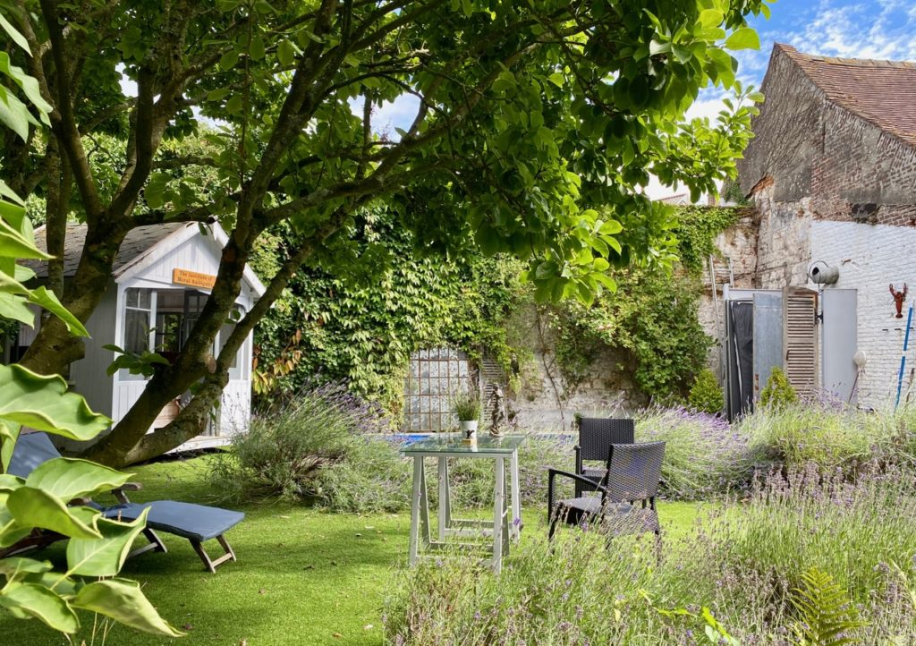 Montreuil-sur-Mer-bed-and-breakfast-rue-Pierre-Ledent-jardin-a-l-anglaise