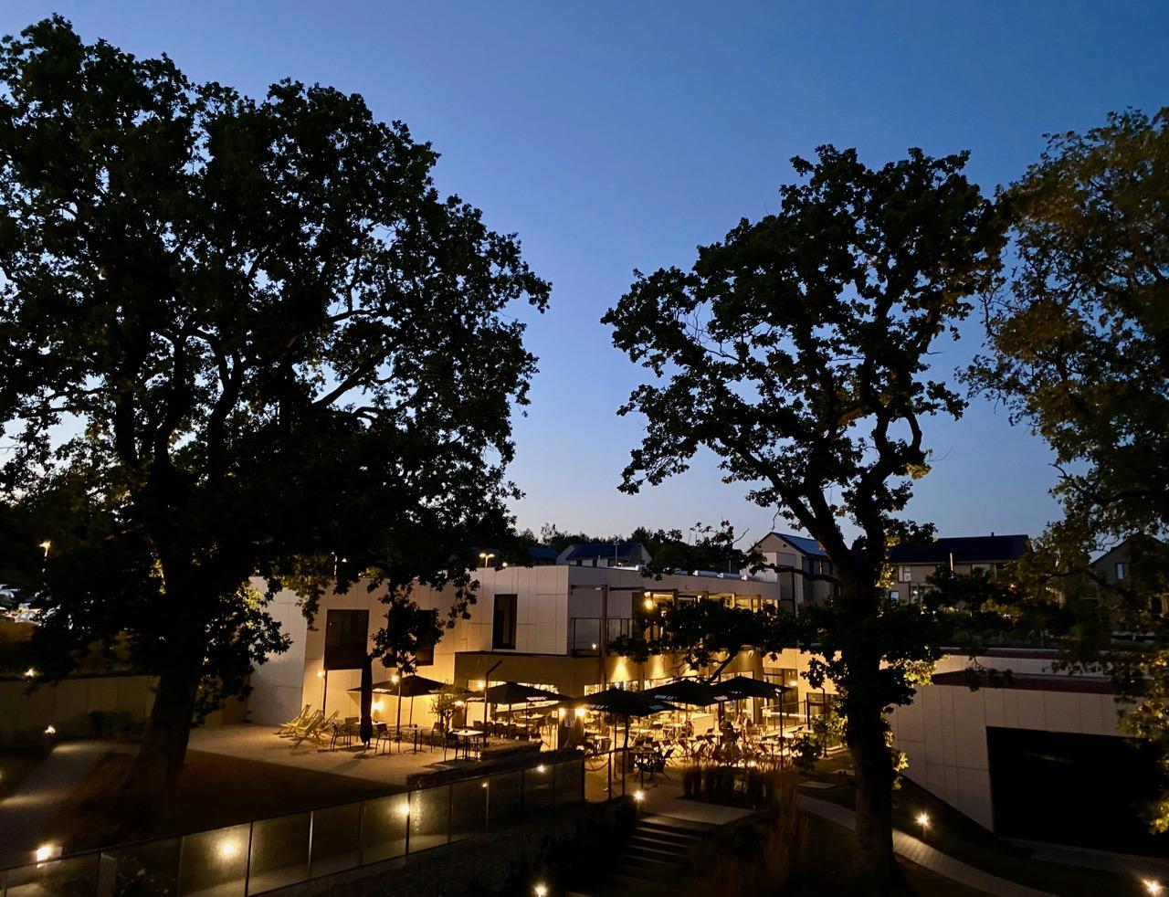 Pays-des-Lacs-Lacs-de-l-Eau-d-Heure-Golden-Lakes-hotel-terrasse-soir