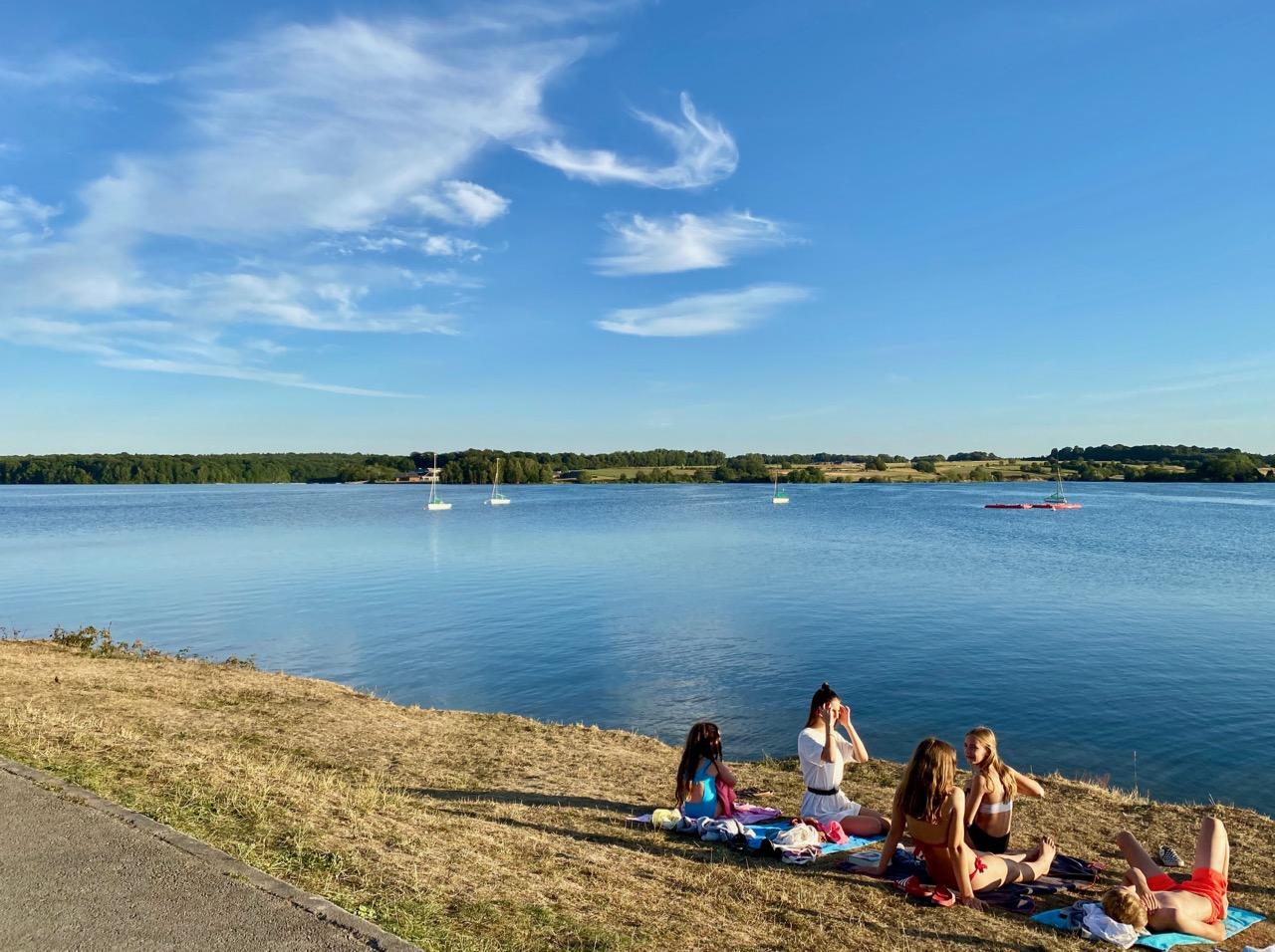 Pays-des-Lacs-Lacs-de-l-Eau-d-Heure-Golden-Lakes-hotel-vue-lac-avec-groupe-jeunes