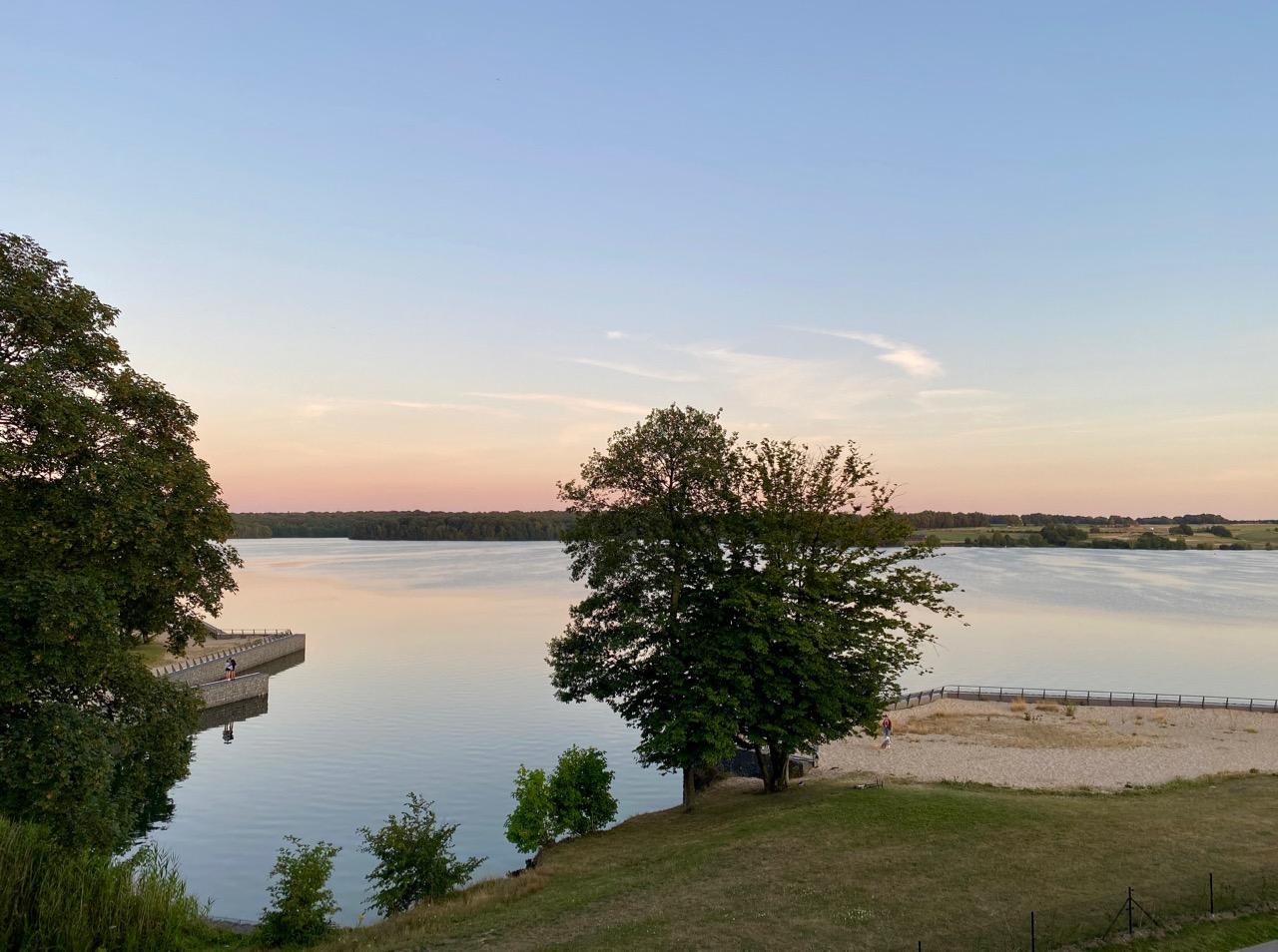 Pays-des-Lacs-Lacs-de-l-Eau-d-Heure-Golden-Lakes-hotel-vue-lac-crepuscule