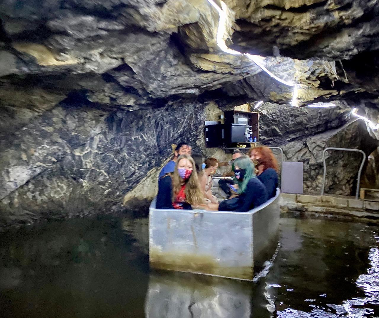 Pays-des-Lacs-Les-Grottes-de-Neptune-embarcation