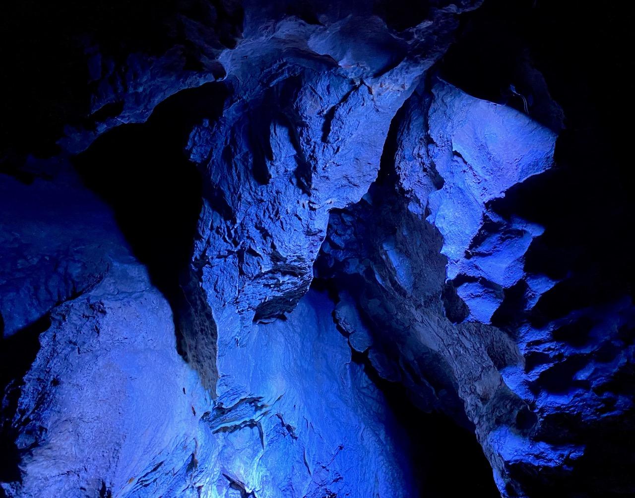 Pays-des-Lacs-Les-Grottes-de-Neptune-en-bleu