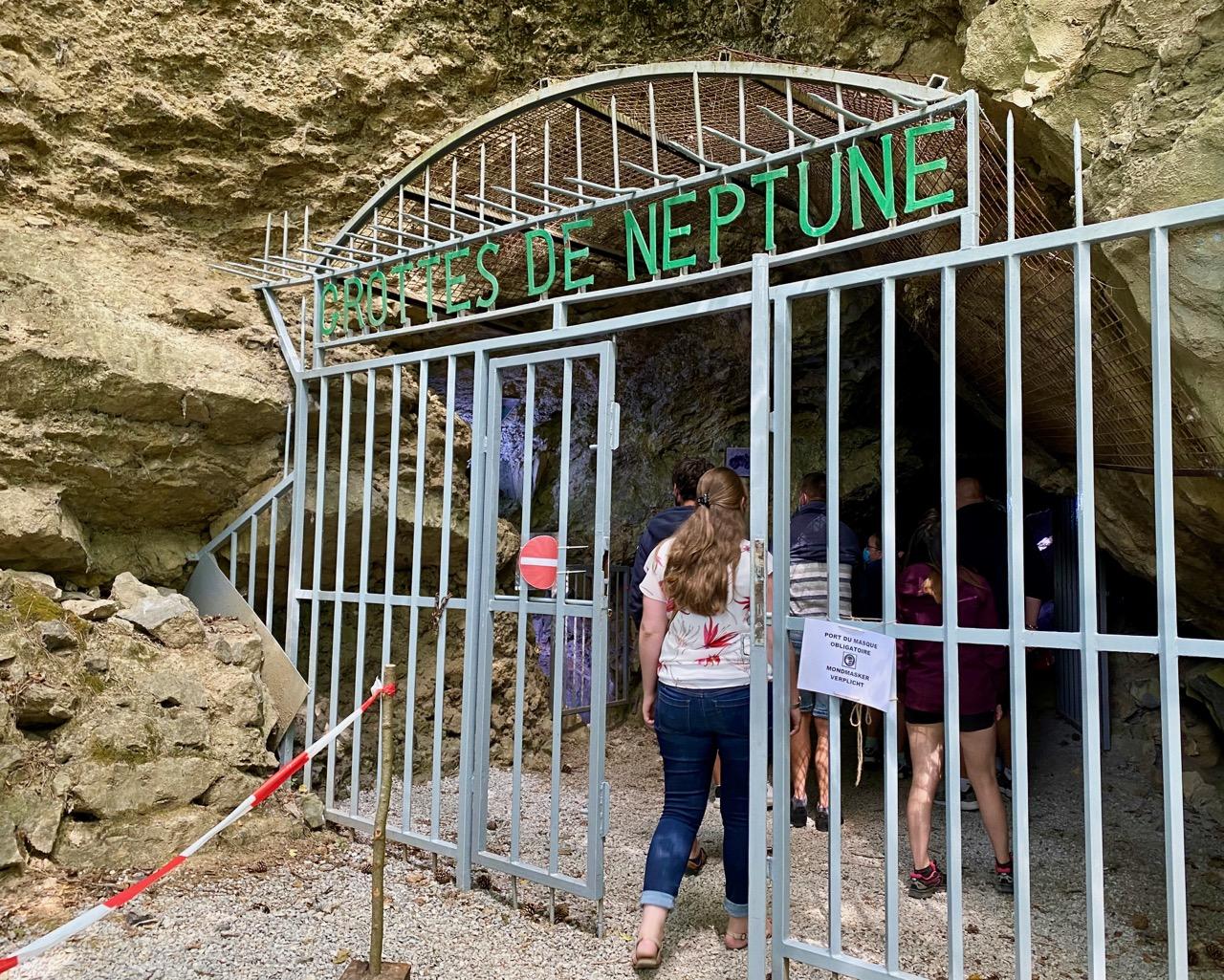 Pays-des-Lacs-Les-Grottes-de-Neptune-grille