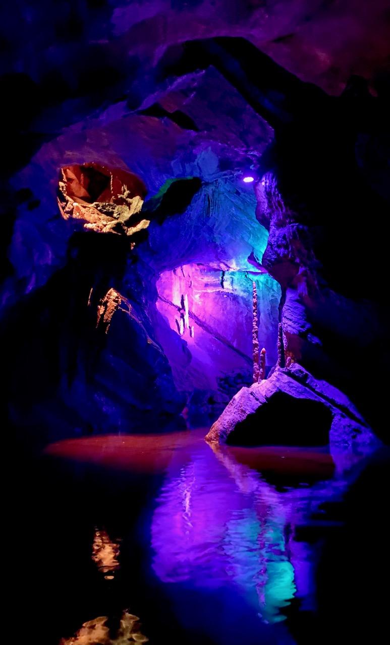 Pays-des-Lacs-Les-Grottes-de-Neptune-spectacle