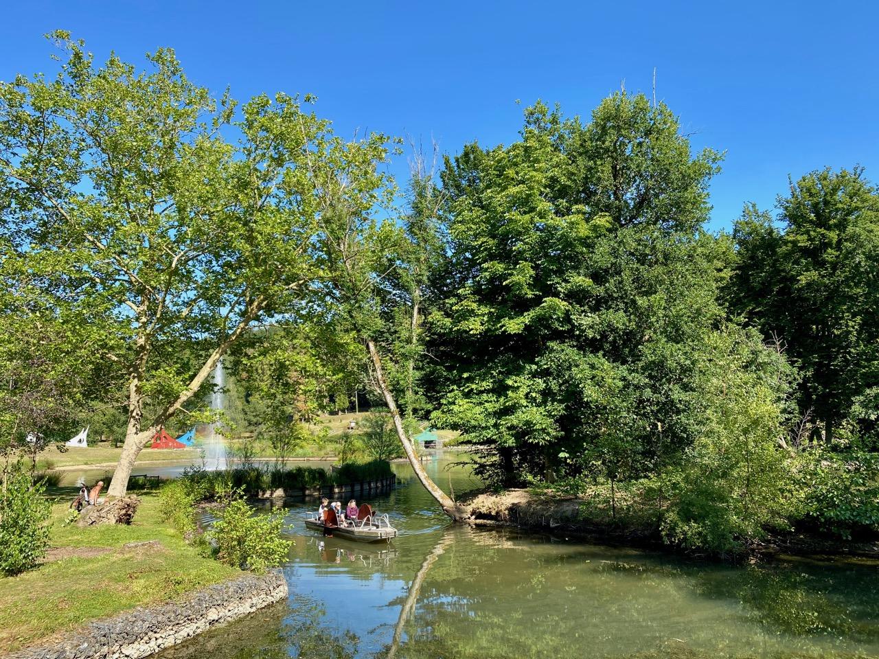 Pays-des-Lacs-Nismes-Les-Jardins-d-O-pedalo