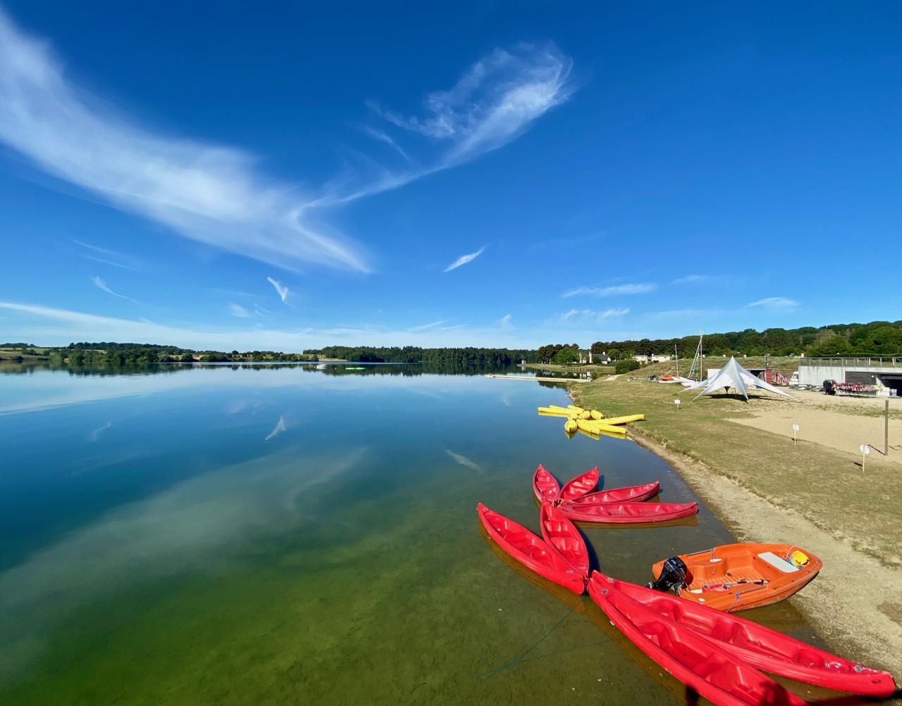 Pays-des-Lacs-Lacs-de-l-Eau-d-Heure-canoes-rouges