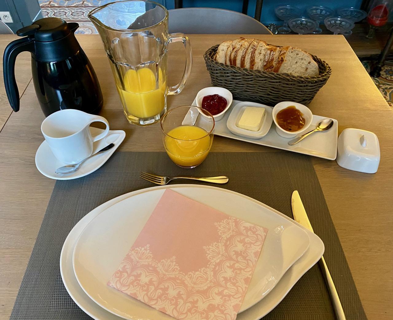 Chambres-d-hotes-Plumes-et-Coton-Ecurie-petit-dejeuner