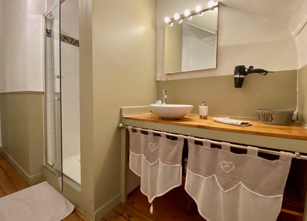 La-Parenthese-du-Rond-Royal-Compiegne-SUit-Home-salle-de-bain