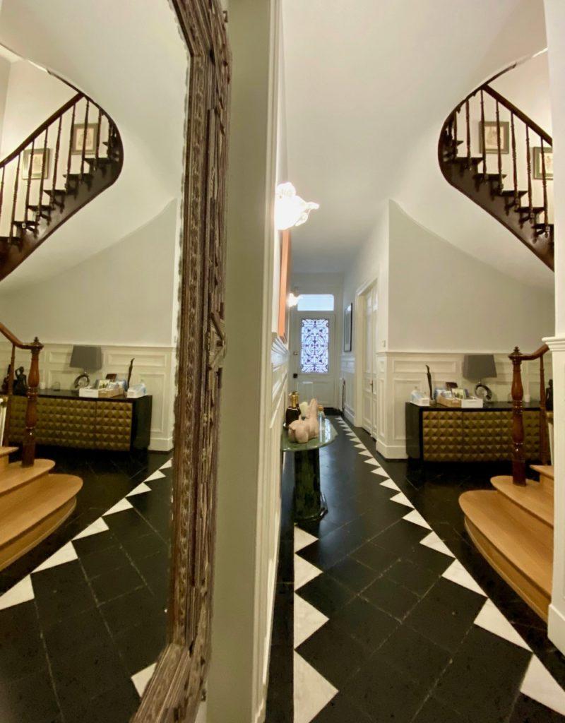 Les-Chambres-du-Palais-Douai-escalier-reflet-miroir