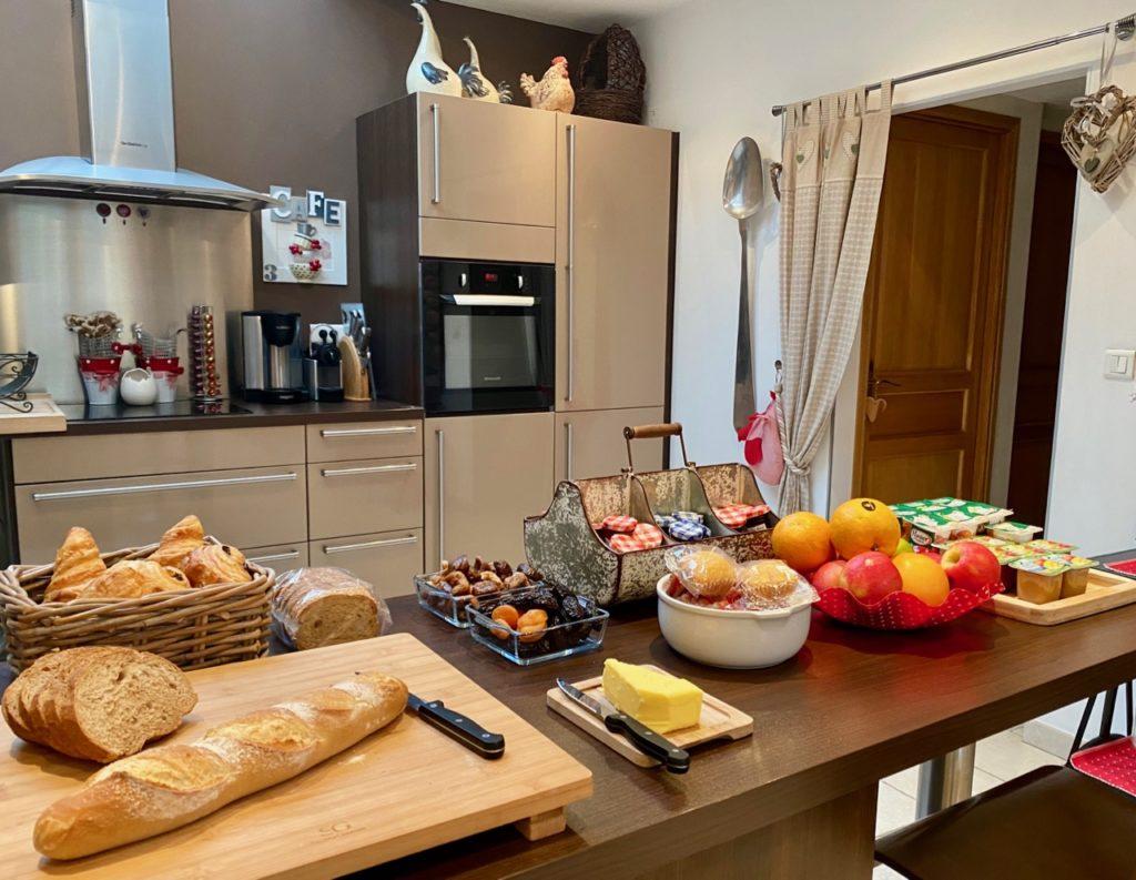 Maison-d-hotes-Le-Carre-des-Arts-Le-Cateau-buffet-petit-dejeuner