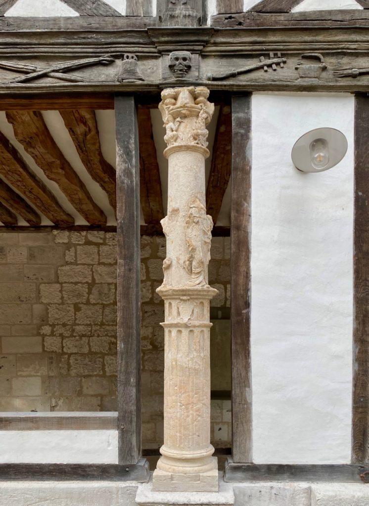 Nouveautes-culturelles-a-Rouen-Aitre-Saint-Maclou-colonne
