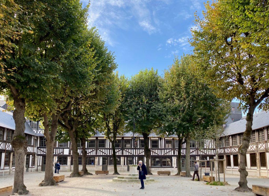 Nouveautes-culturelles-a-Rouen-Aitre-Saint-Maclou-cour