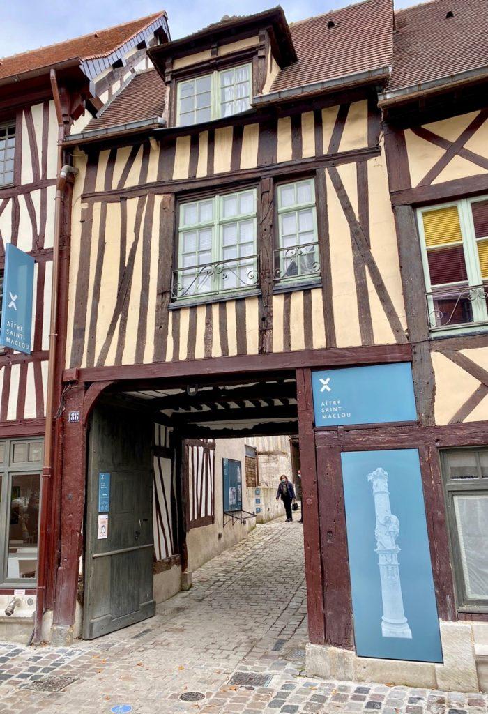 Nouveautes-culturelles-a-Rouen-Aitre-Saint-Maclou-entree