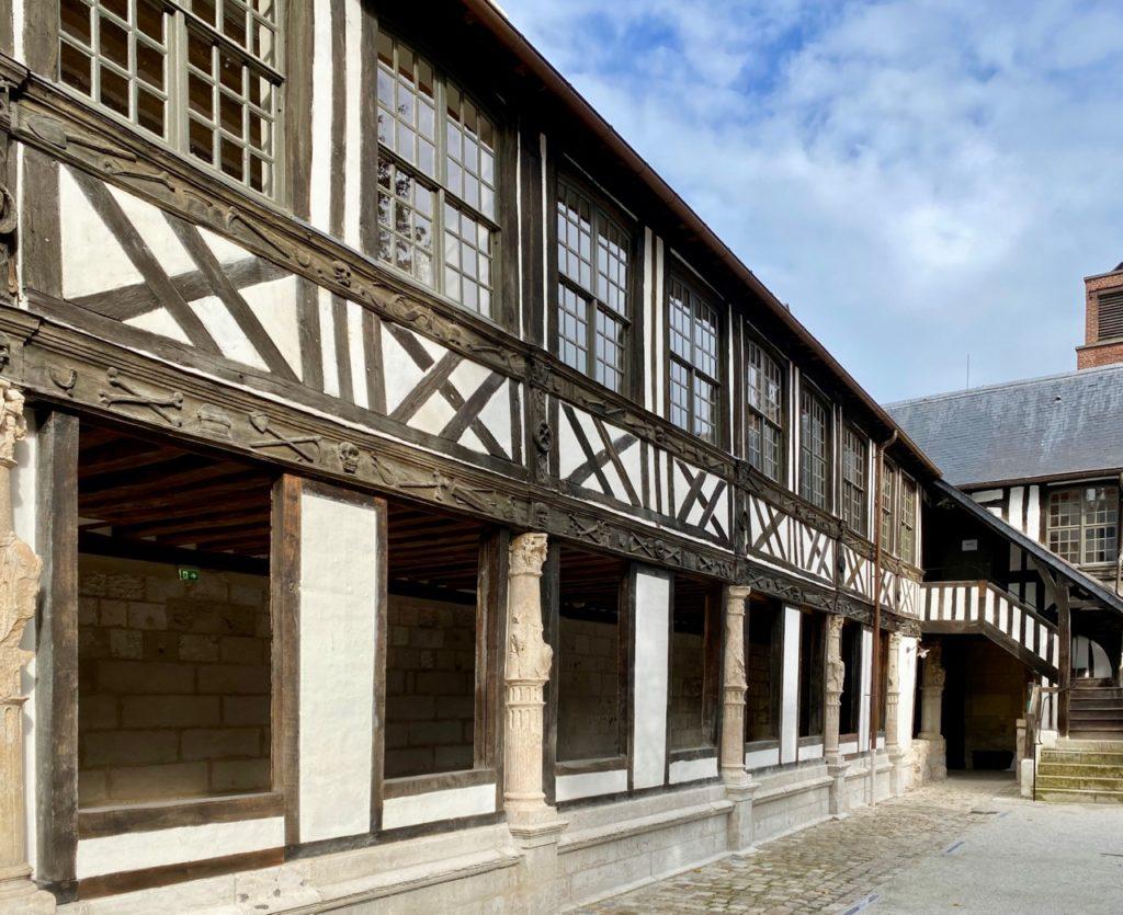 Nouveautes-culturelles-a-Rouen-Aitre-Saint-Maclou-facade