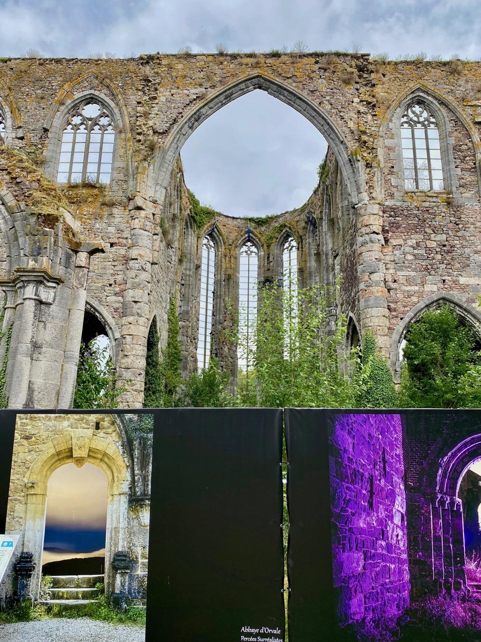 Pays-des-Lacs-Thuin-abbaye-d-aulne-avec-panneau
