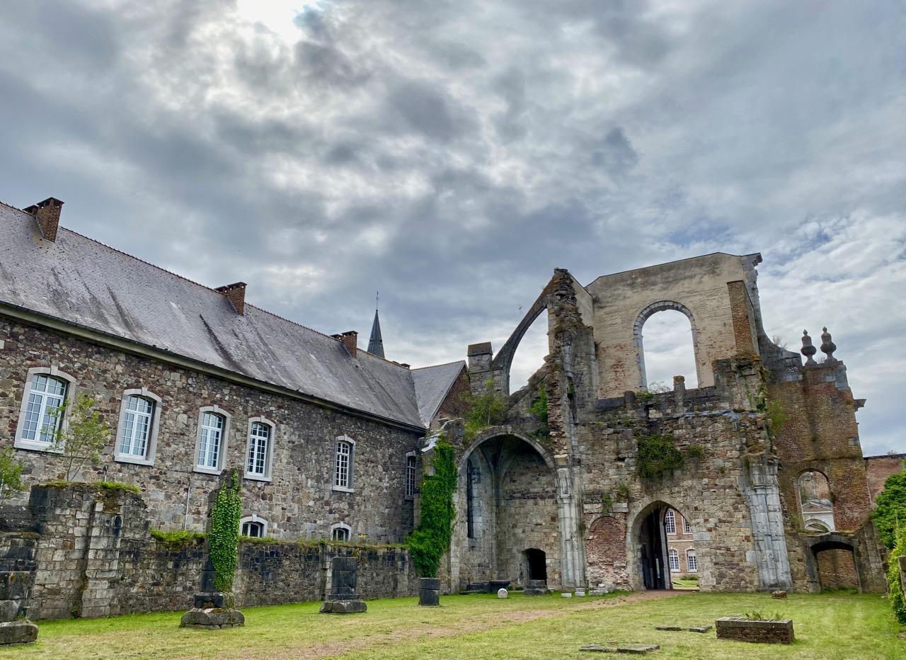 Pays-des-Lacs-Thuin-abbaye-d-aulne-sur-beau-ciel