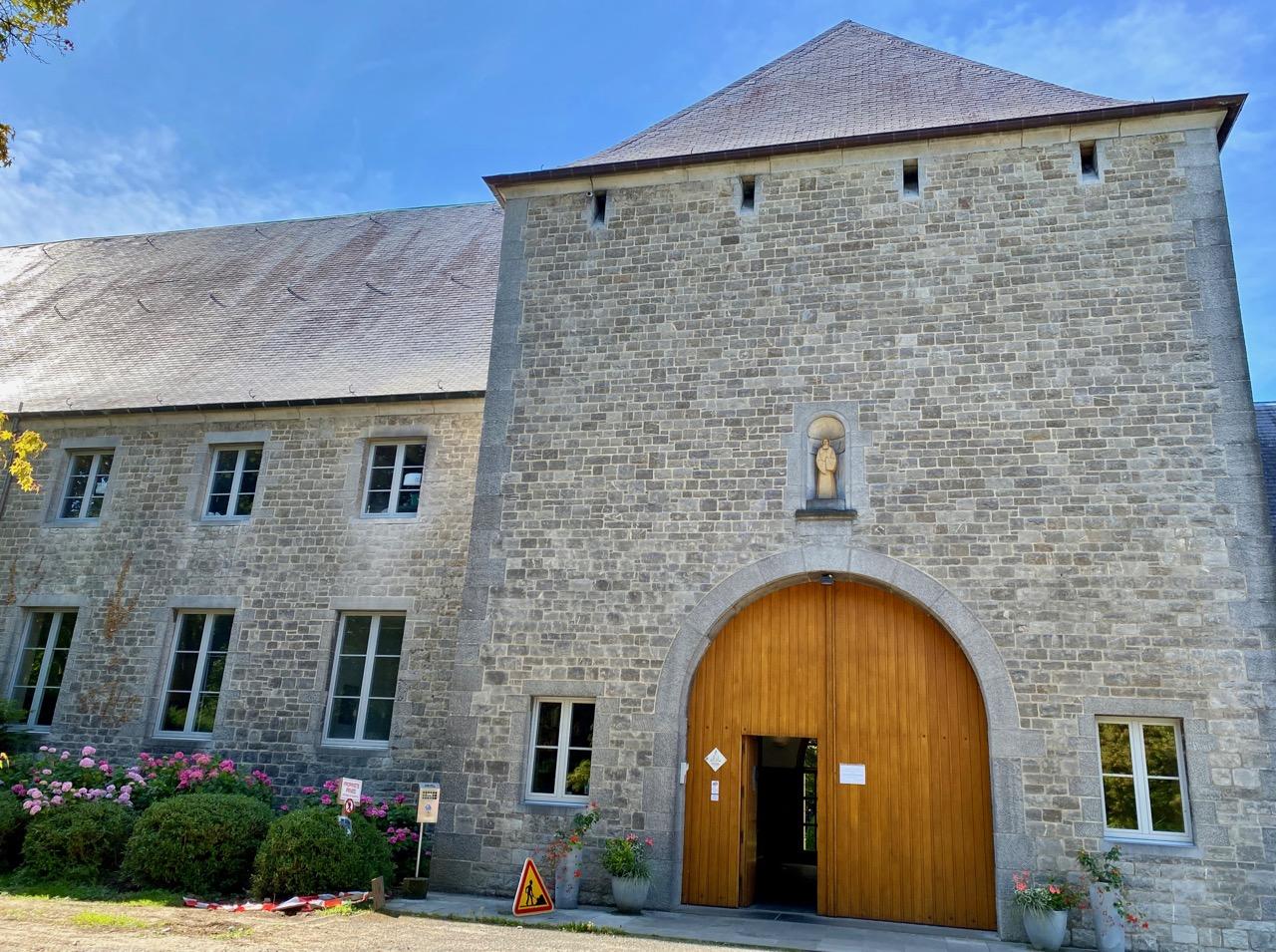 Pays-des-Lacs-abbaye-de-Scourmont-entree