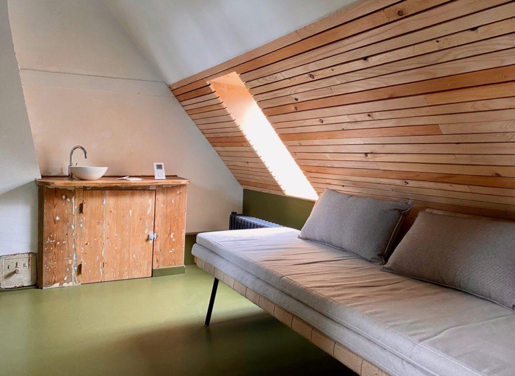 PieuX-Montreuil-sur-Mer-chambre-sous-toit-coin-salon