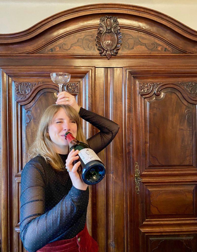 Jeune-femme-presentant-champagne-Vignerons-champenois-du-sud-de-l-aisne