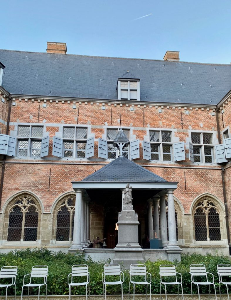 Hopital-Notre-Dame-a-la-Rose-Lessines-facade-cour