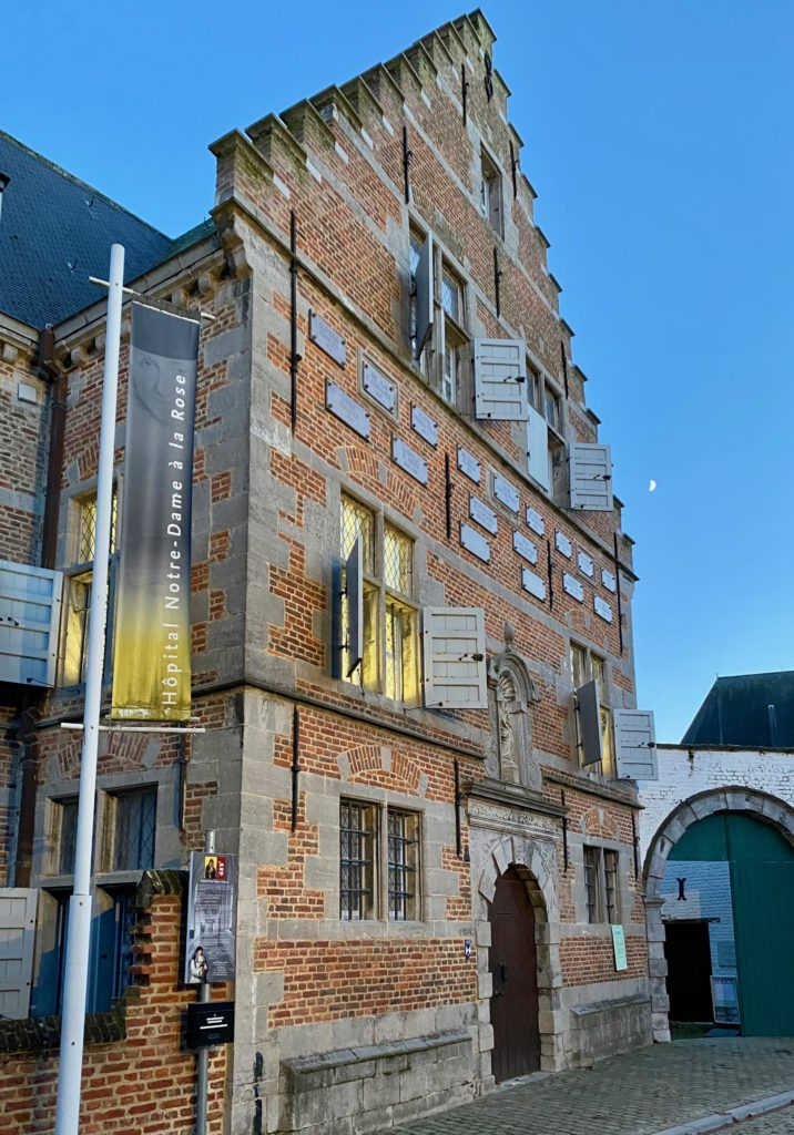 Hopital-Notre-Dame-a-la-Rose-Lessines-facade-illuminee-avant