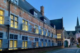 Hopital-Notre-Dame-a-la-Rose-Lessines-facade-illuminee-et-eglise