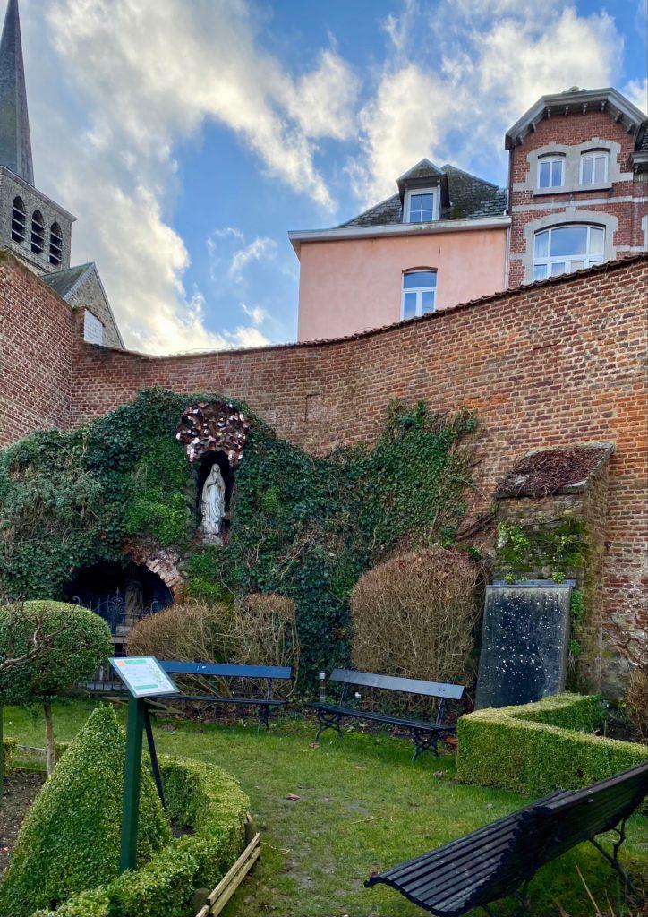Hopital-Notre-Dame-a-la-Rose-Lessines-jardin-bancs
