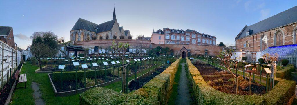 Hopital-Notre-Dame-a-la-Rose-Lessines-jardin-grand-angle-deux