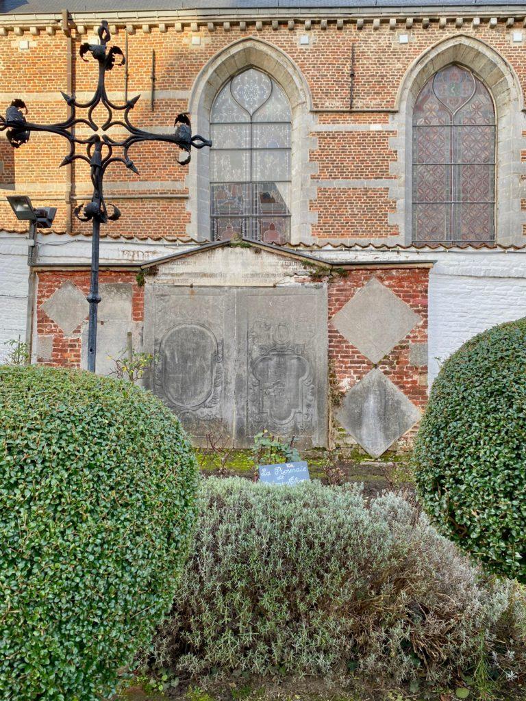 Hopital-Notre-Dame-a-la-Rose-Lessines-jardin-plaque-et-croix