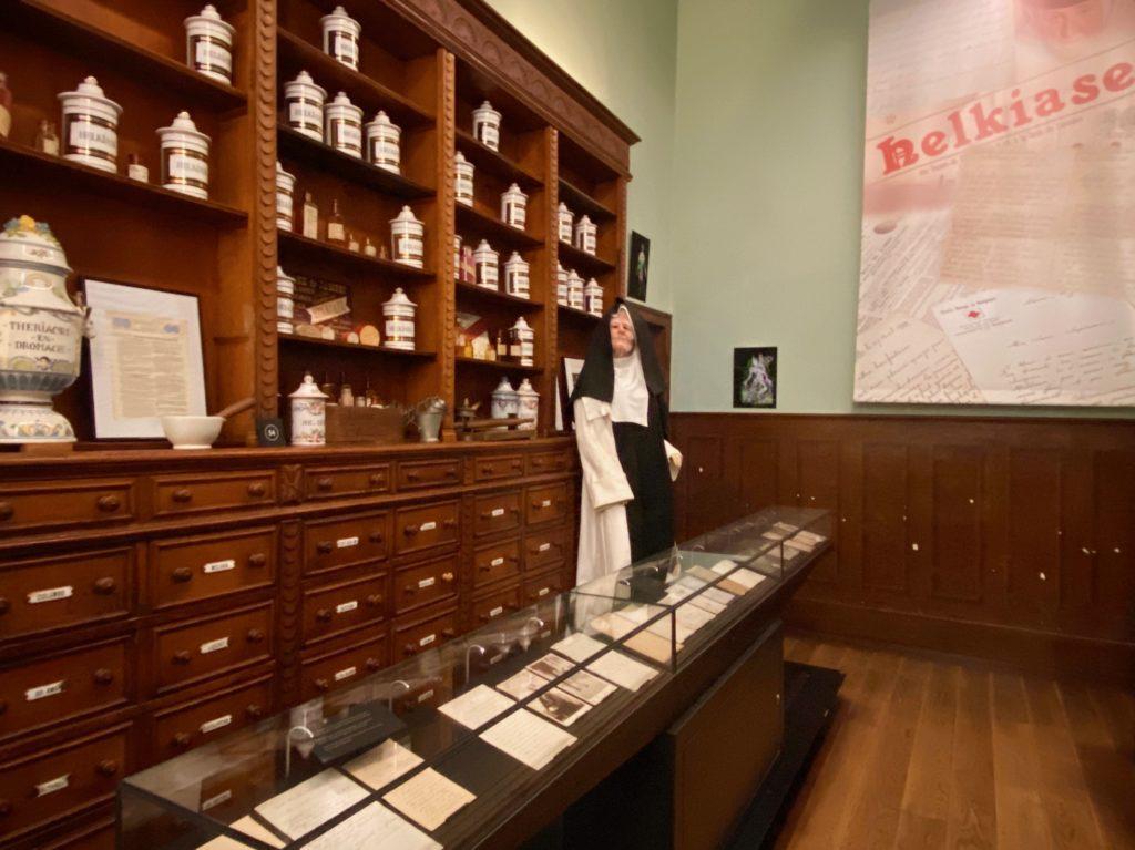 Hopital-Notre-Dame-a-la-Rose-Lessines-pharmacie-et-soeur