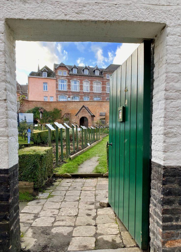 Hopital-Notre-Dame-a-la-Rose-Lessines-porte-jardin